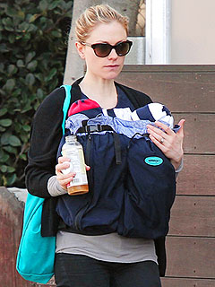 PHOTO: Anna Paquin Takes a Post-Holiday Stroll With Her Twins | Anna Paquin