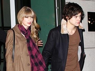 PDA Alert! Taylor & Harry Get 'Smoochie' at Party | Harry Styles, Taylor Swift
