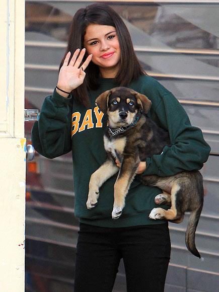 GIVE A WAVE photo | Selena Gomez
