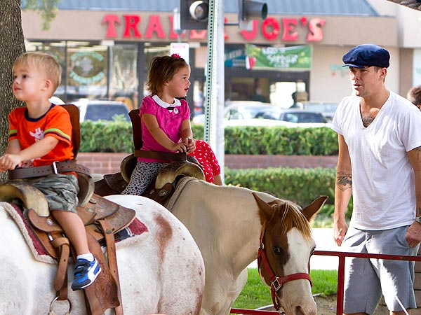 To the Petting Zoo! Isla Fisher & Mark McGrath Have Family Fun with Ponies| Stars and Pets, Zoo Animals, Isla Fisher, Mark McGrath