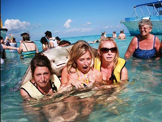 PHOTO BOMB! Stingray Crashes Vacation Picture