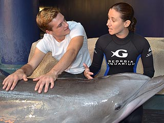 Josh Hutcherson Makes a Splash with Dolphin at Georgia Aquarium | Josh Hutcherson
