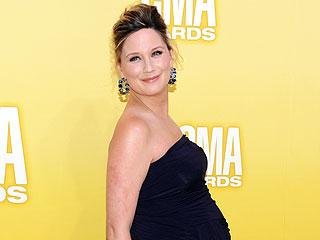 PHOTO: Sugarland's Jennifer Nettles Shows Off Baby Bump