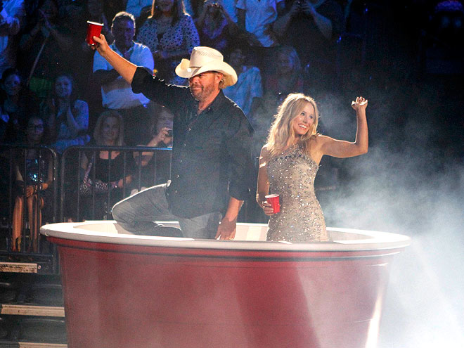 THEIR CUP RUNNETH OVER  photo | Kristen Bell, Toby Keith