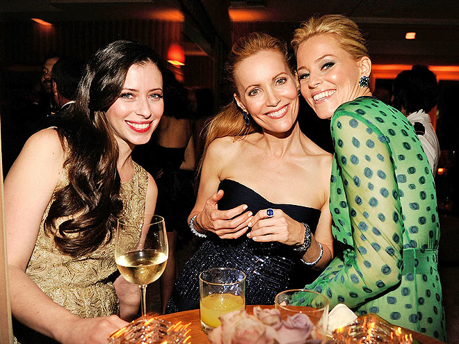 HAPPY HUDDLE photo | Elizabeth Banks, Leslie Mann