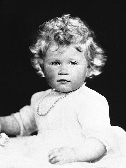 Елизавета II в возрасте 14 месяцев