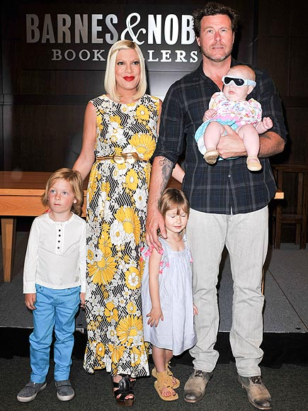 GROUP EFFORT photo | Dean McDermott, Tori Spelling
