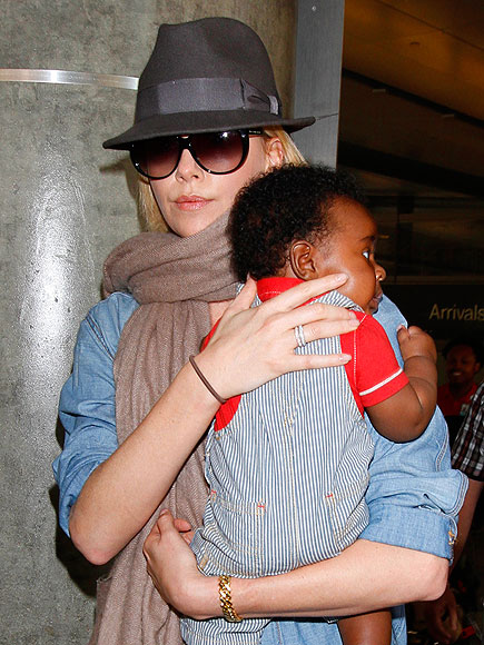MOMMY'S HOLD photo | Charlize Theron