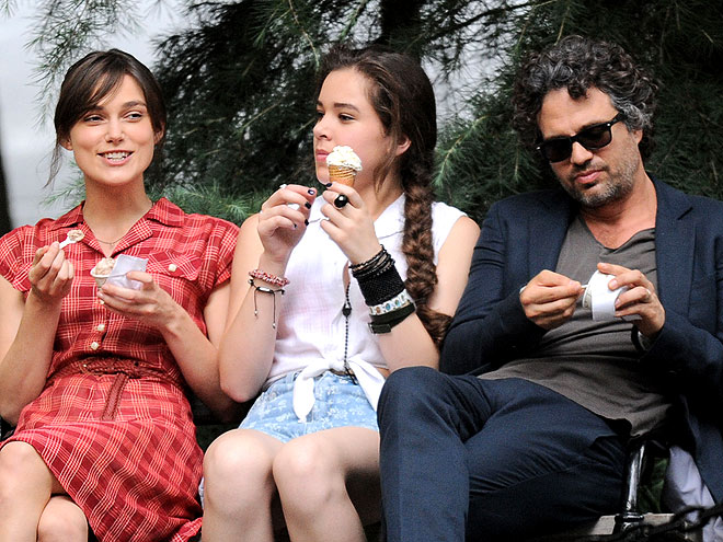 TRIPLE SCOOP photo | Hailee Steinfeld, Keira Knightley, Mark Ruffalo