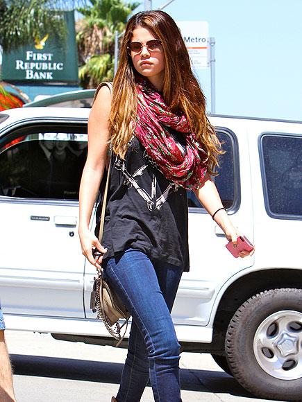 BREAKFAST LINKS photo | Selena Gomez