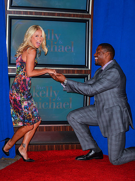 BENDED KNEE photo | Kelly Ripa, Michael Strahan