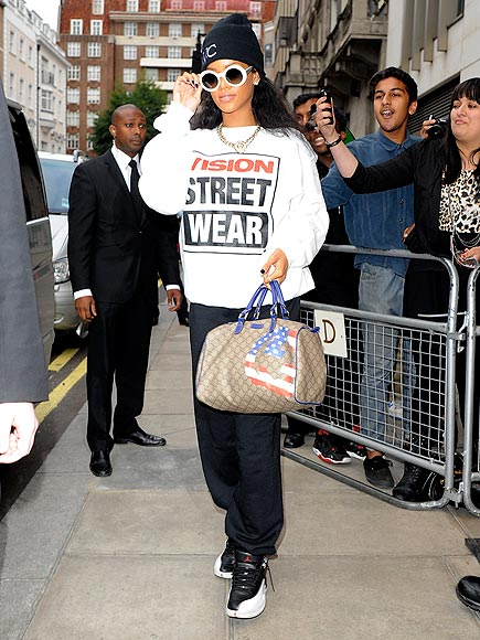 DIRECT MESSAGE photo | Rihanna