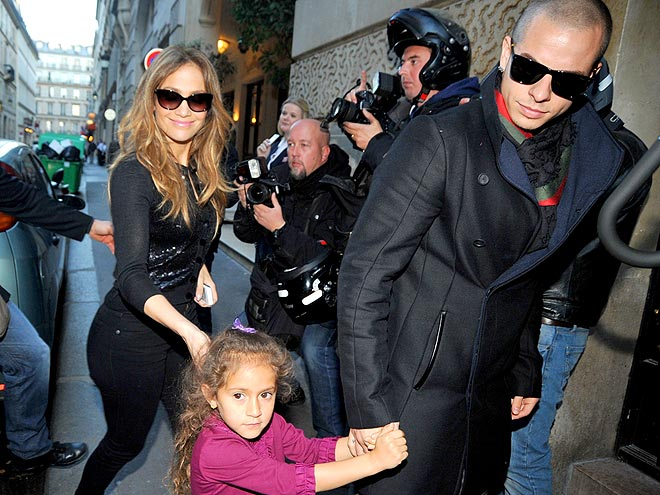 GIVE HER A HAND photo | Jennifer Lopez