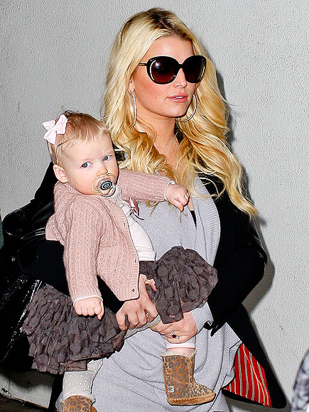 MOM ON THE MOVE photo | Jessica Simpson