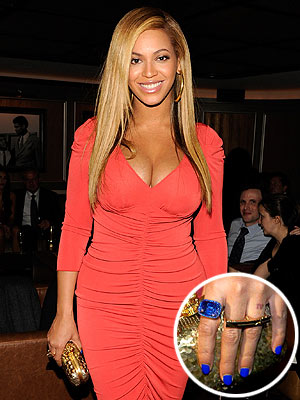 beyonce 2 300x400 Beyoncé's Manicurist: She Painted Her Nails Blue for Blue Ivy