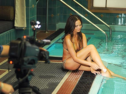 chrissy teigen 440x330 The Secret Behind Model Chrissy Teigen's Gorgeous Gams