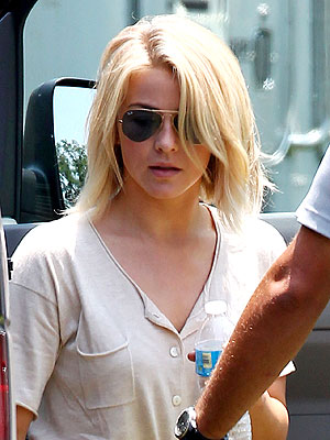 julianne hough 1 300x400 Julianne Hough Shows Off Her Short New Do