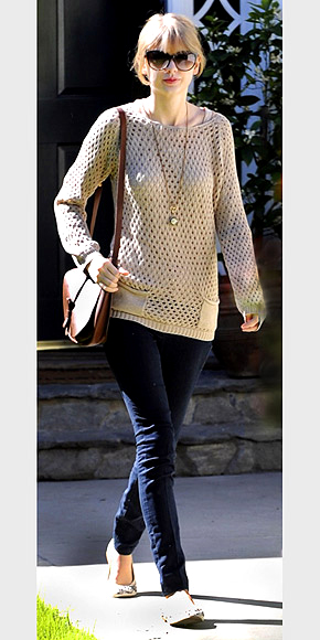 LOOSE KNIT SWEATERS photo   Taylor Swift