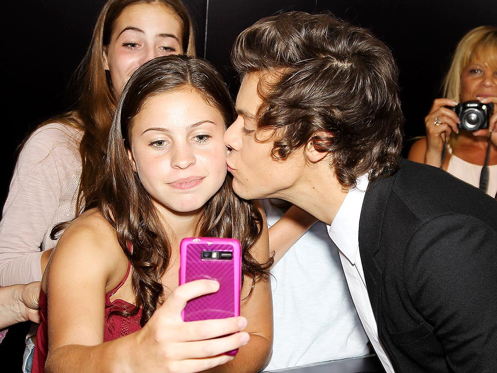 Harry styles kissing a fan meet and greet lektonfo harry styles kissing a fan meet and greet m4hsunfo