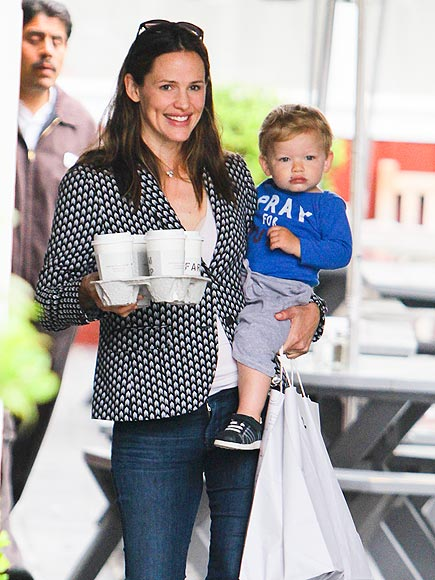 JUGGLE ACT photo | Jennifer Garner
