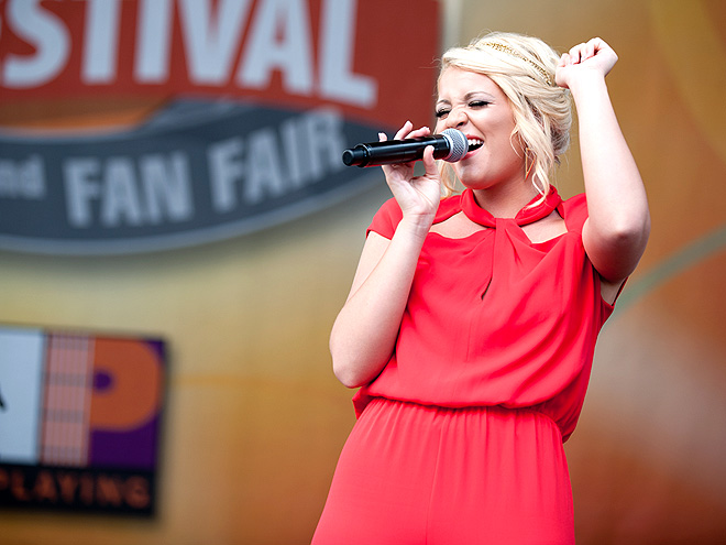 HITTING A HIGH photo | Lauren Alaina