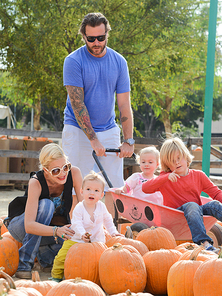GROUP EFFORT photo | Tori Spelling