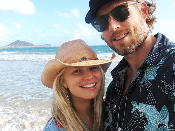 Pregnant Jessica Simpson Walks on the Beach in Hawaii| Babies, Eric Johnson, Jessica Simpson