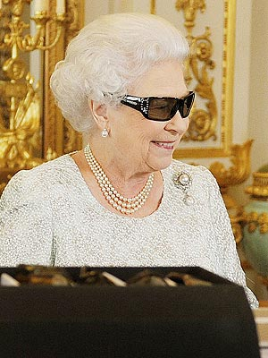 Queen Elizabeth Goes 3D for Her Holiday Message