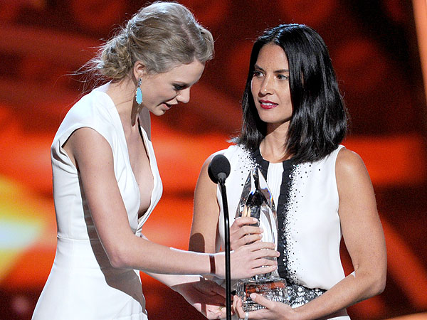 People&#39;s Choice Awards 2013: Taylor Swift Interrupted by Olivia Munn