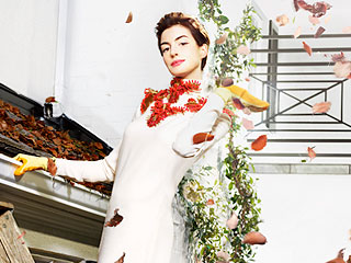 PHOTO: What's Anne Hathaway Doing in Gucci Cleaning Gutters? | Anne Hathaway