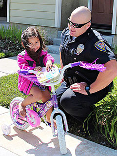 Cop's Act of Kindness Makes Little Girl's Day – and Lights Up Facebook