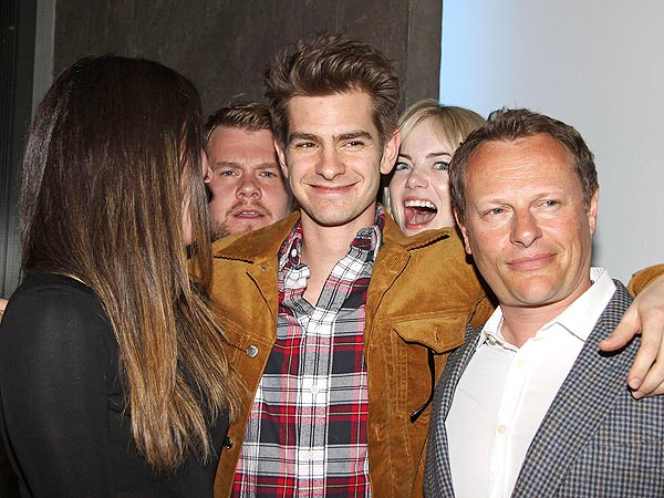 Emma Stone Photobombs Andrew Garfield