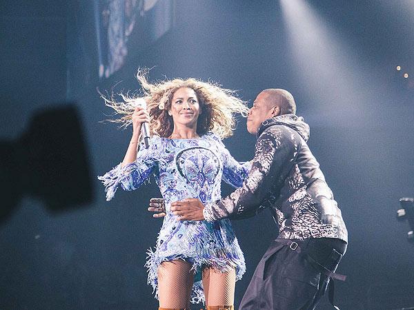 Beyoncé Gets Surprise Kiss Onstage
