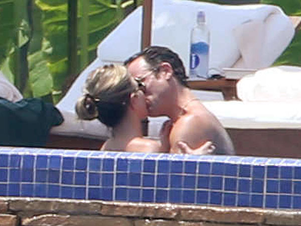 Jennifer Aniston Shows Off Bikini Body on Vacation with Justin Theroux| Couples, Engagements, BodyWatch, Amanda Anka, Jason Bateman, Jennifer Aniston, Justin Theroux