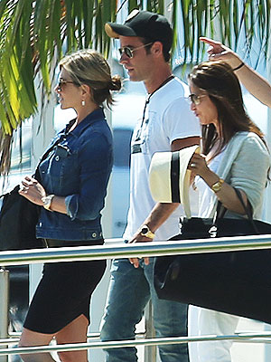 Jennifer Aniston & Justin Theroux Arrive in Mexico