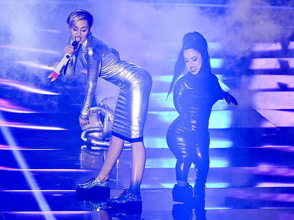 Miley Cyrus Twerks, Smokes at the MTV Europe Music Awards