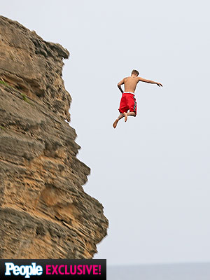 Justin Bieber Jumps Off a Cliff in Hawaii (VIDEO)| Justin Bieber