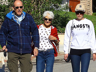 PHOTO: Amanda Bynes Steps Out with Parents Post-Rehab