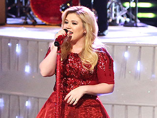 Queasy Mom-to-Be Kelly Clarkson Performs on The Voice (Video)