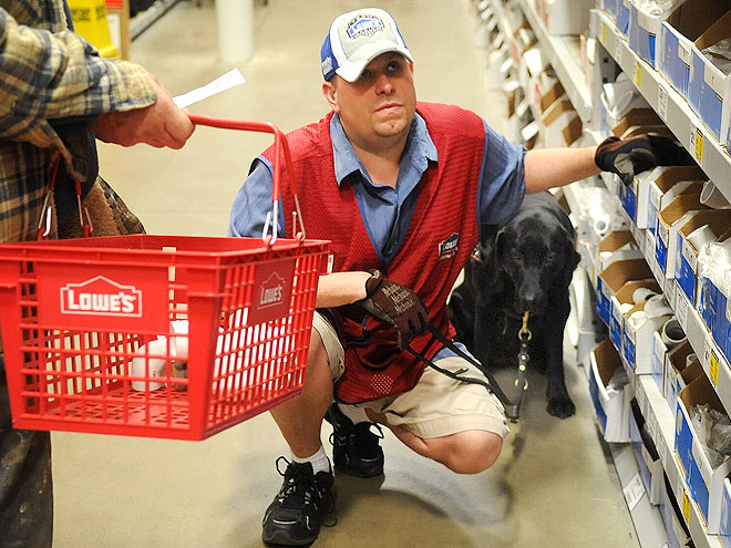 Εργαζόμενος σκύλος στο πλευρό του αφεντικού του...