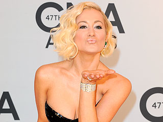 Click! Candid Moments from the CMAs Red Carpet | Kellie Pickler