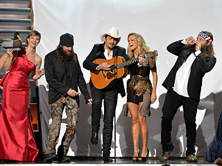 VIDEO: Watch 'Blurred Lines' Get the Duck Dynasty Treatment at the CMAs | Brad Paisley, Carrie Underwood
