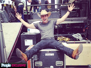Which Country Star Kicked Back Before Heading to the ACM Awards?