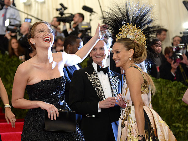 Jennifer Lawrence Can't Resist Touching Sarah Jessica Parker's Head Gear