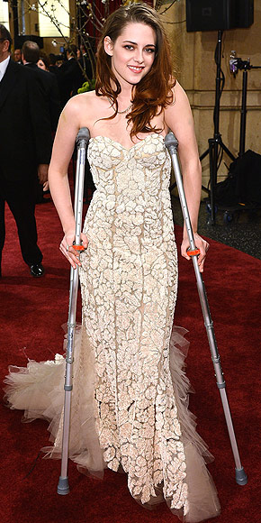 KRISTEN'S CRUTCHES photo | Kristen Stewart