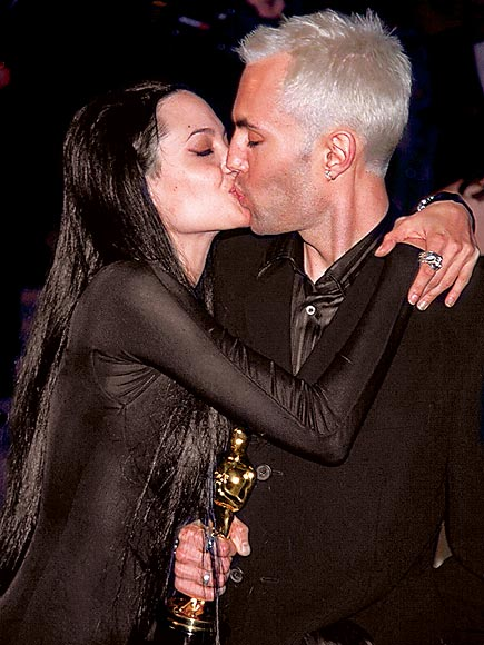 Почему джоли анджелина целуется с братом фото