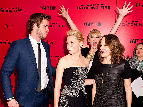 When Jennifer Lawrence Wins a Red Carpet, in 8 Hilarious Photos| Jennifer Lawrence, Individual Class, Elizabeth Banks