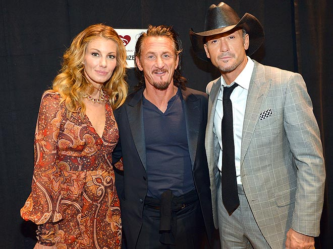 PAYING TRIBUTE  photo | Faith Hill, Sean Penn, Tim McGraw