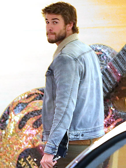 SHOULDERING ON photo | Liam Hemsworth