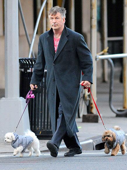 Алек Болдуин с собаками